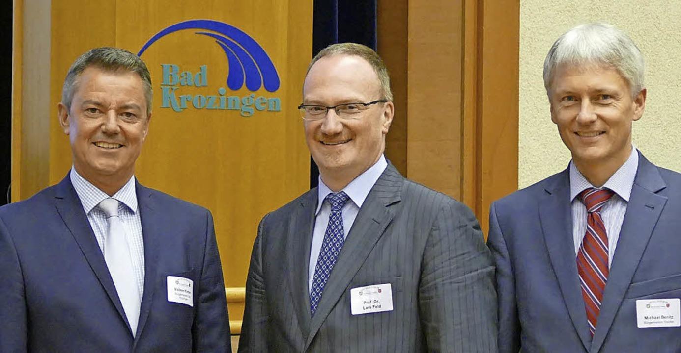 Die Bürgermeister Volker Kieber (links...ßten den Wirtschaftsweisen Lars Feld.   | Foto: Susanne Müller