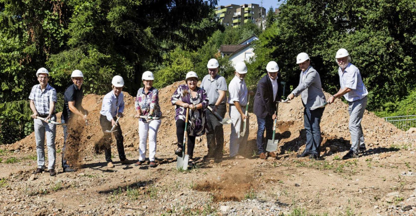 Oberbürgermeister Roman Götzmann, Geme... ersten Spatenstich für ein Wohnhaus.   | Foto: Zahn