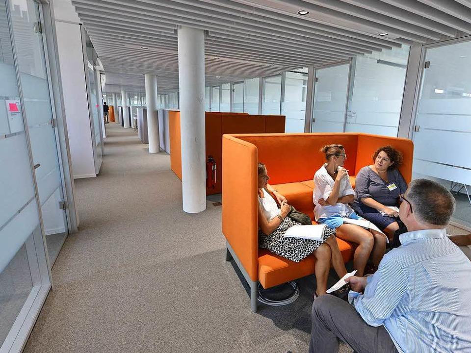 Im obersten Stockwerk ist die Akzentfarbe Orange.  | Foto: Michael Bamberger