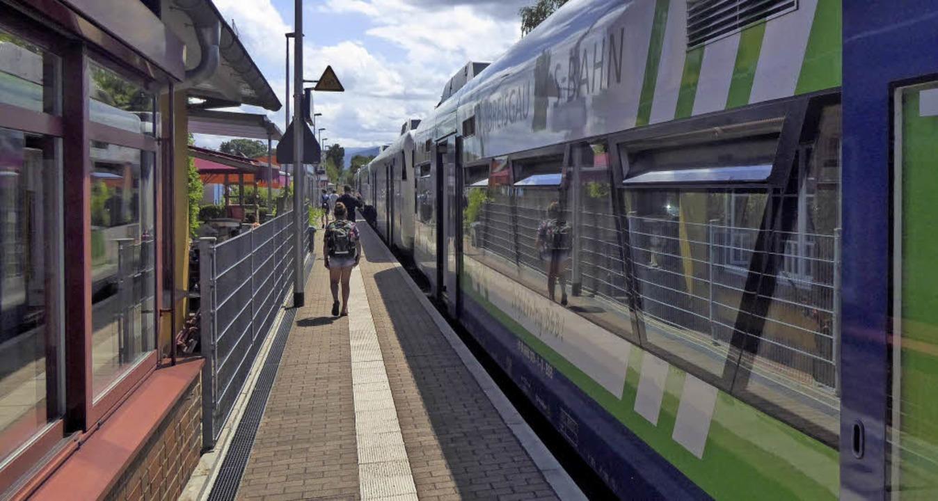 Der Bahnsteig in Hugstetten: Von hinte...en Zugang zum Busbahnhof hinten links.    Foto: manfred frietsch