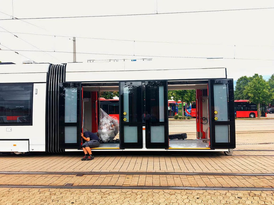 Millimeterarbeit: Der Kopf der Urbos-B...fs Gleis im VAG-Betriebshof gelassen.   | Foto: Simone Höhl