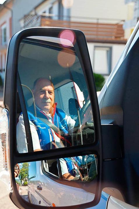 """Erwin Trescher fährt den Bürgerbus """"Dreisam-Stromer"""" in Kirchzarten.    Foto: Kathrin Blum"""