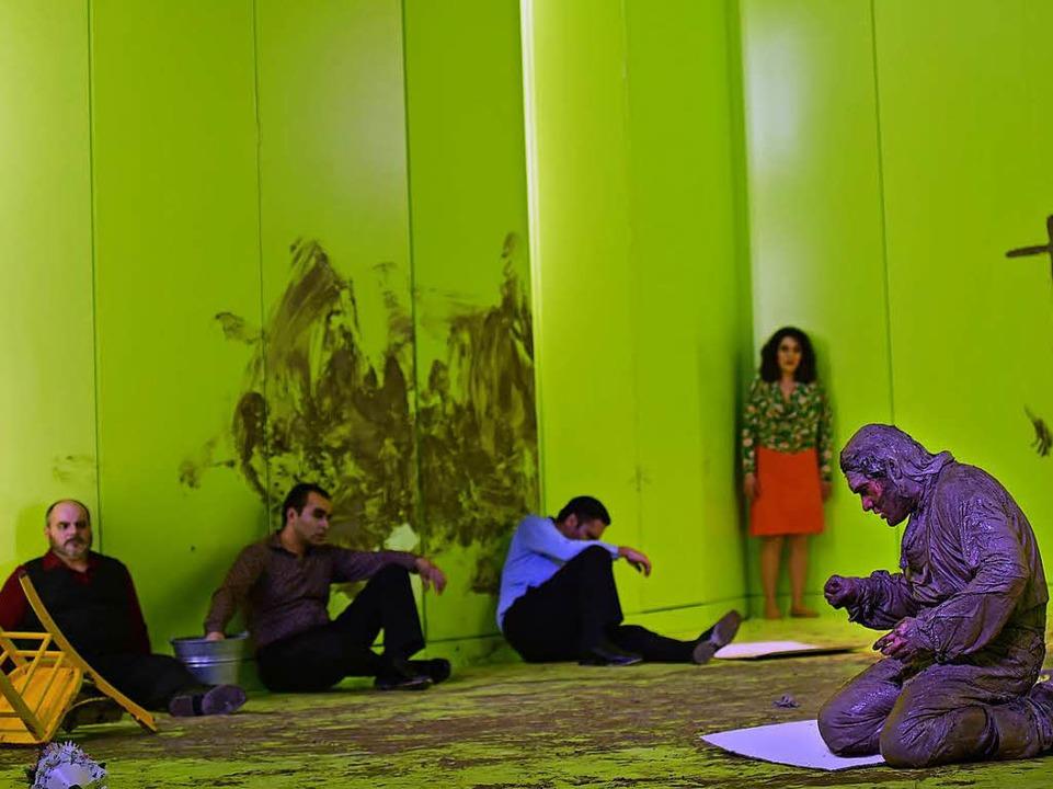 Im Schlamm: die Uraufführung von Kaspar Hauser.    Foto: Maurice Korbel