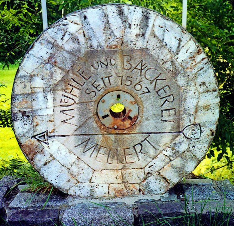Ein alter Mahlstein zeigt den Weg zur Mühle.     Foto: Jürgen Schneider