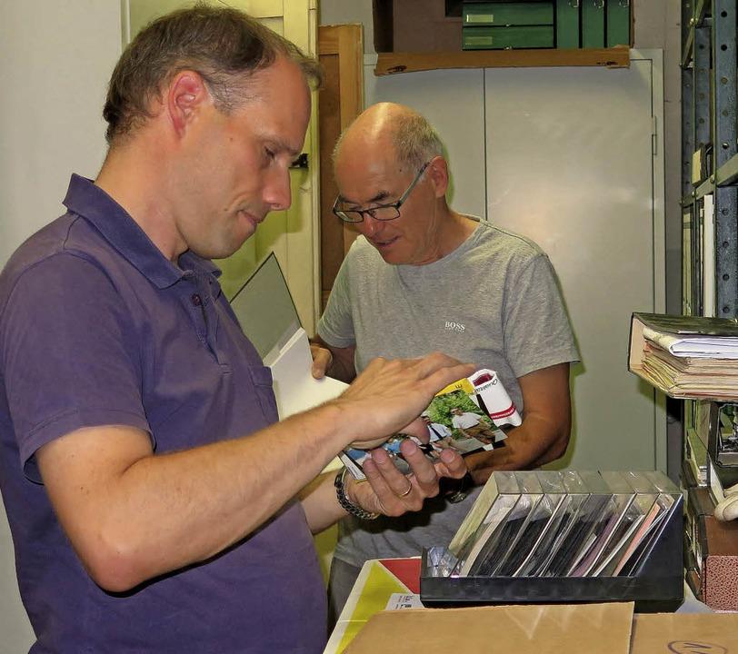 Martin Lüpold (links) und Uwe Kühl beim Sichten der Lofo-Akten.   | Foto: Siemann