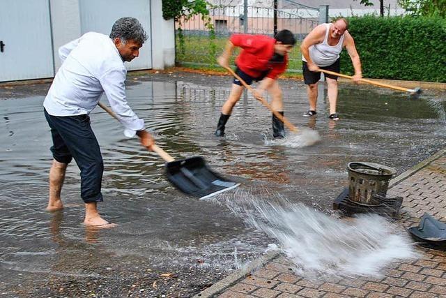 Unwetter führt zu Dachbränden und Überschwemmungen