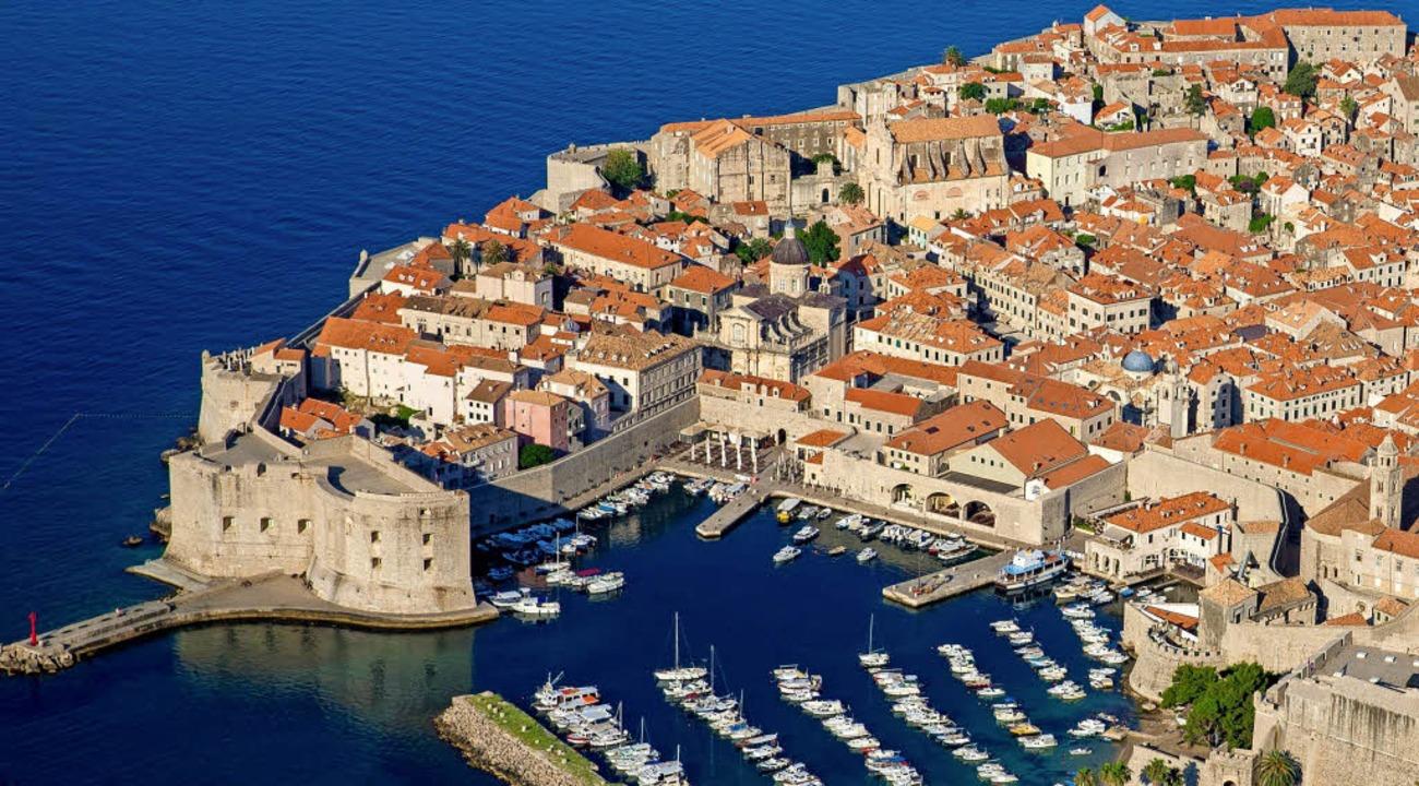 Die Hafenstadt Dubrovnik soll über die...nschluss ans übrige Kroatien erhalten.  | Foto: dpa