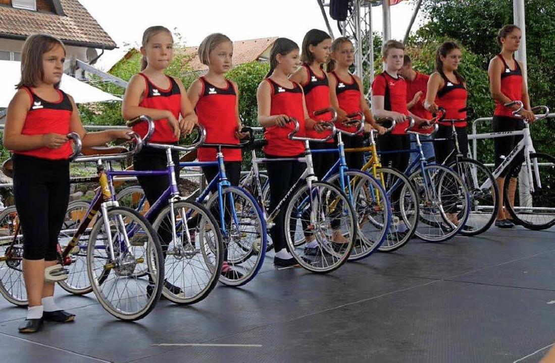 Die Kunstradfahrerinnen Indira D&#8217...lbach begeisterten mit ihrem Auftritt.  | Foto: Marion Rank