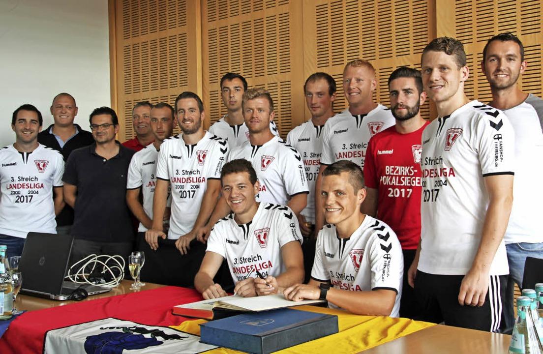 Die 1. Mannschaft des SV Ballrechten-D...s Goldene Buch der Gemeinde eintragen.  | Foto: Model