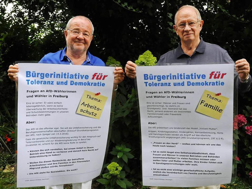 Dietrich Elchlepp (rechts) und Manfred...en zwei ihrer insgesamt zwölf Plakate.  | Foto: Markus Zimmermann