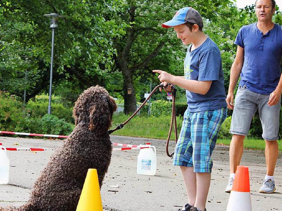 Apportieren, Slalom, Longieren –... die Schüler mit Nek auf dem Schulhof.  | Foto: privat