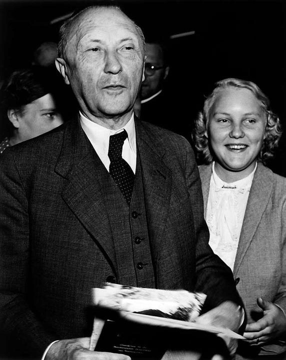 Die Kontrahenten: Konrad Adenauer (CDU, links mit seiner Tochter Lisbeth) .  | Foto: Vack