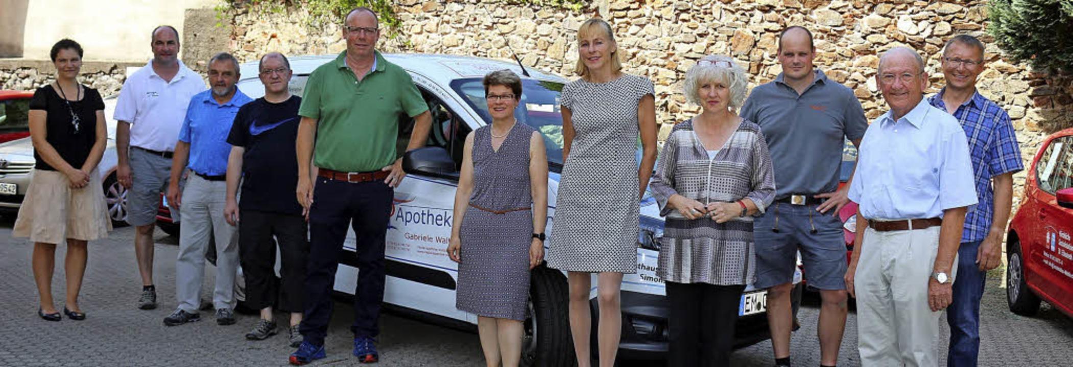 Ein geräumiges Fahrzeug wurde der Sozi...Petra Spaniol-Höfner (4. von rechts).     Foto: Karin Heiss