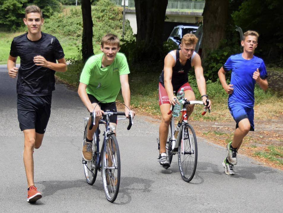 Die Radfahrer motivierten beim Schultr...en ihnen herfuhren und sie anfeuerten.  | Foto: Johannes Burkart