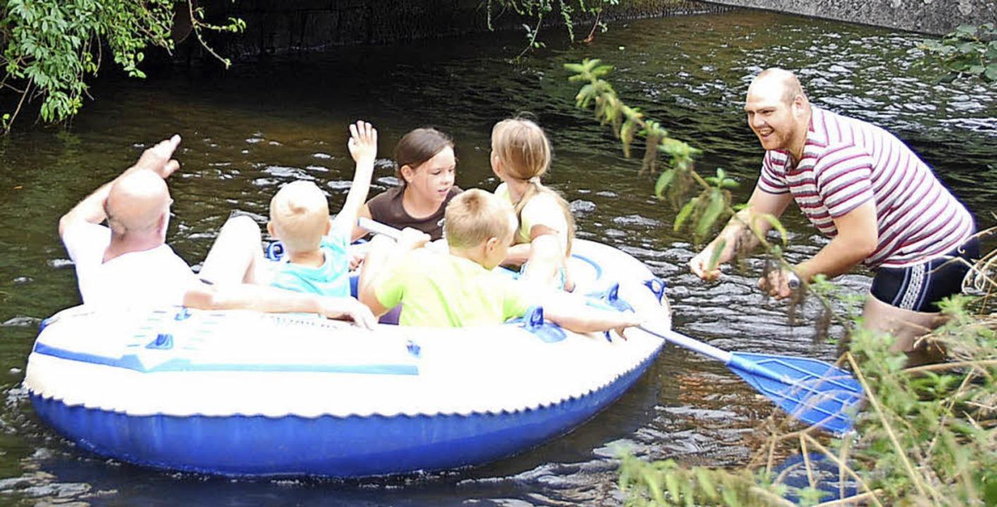 Die AWO Hausen lädt die Kinder wieder  zur Schlauchbootfahrt auf dem Kanal ein.   | Foto: Archivfoto: Angelika Schmidt