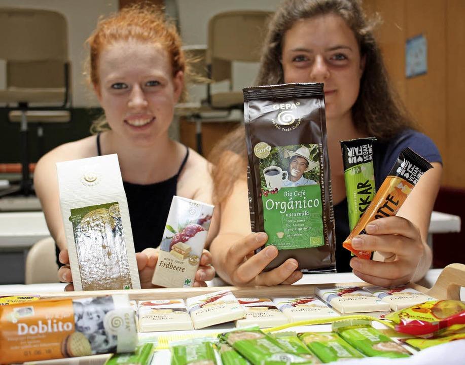 Sina Geißler (links) und Eva Schil vom...mnasiums (ASG) mit Fairtrade-Produkten    Foto: Gabriele Fässler