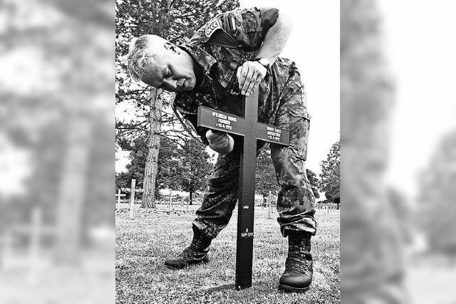 Soldaten pflegen Kriegsgräber