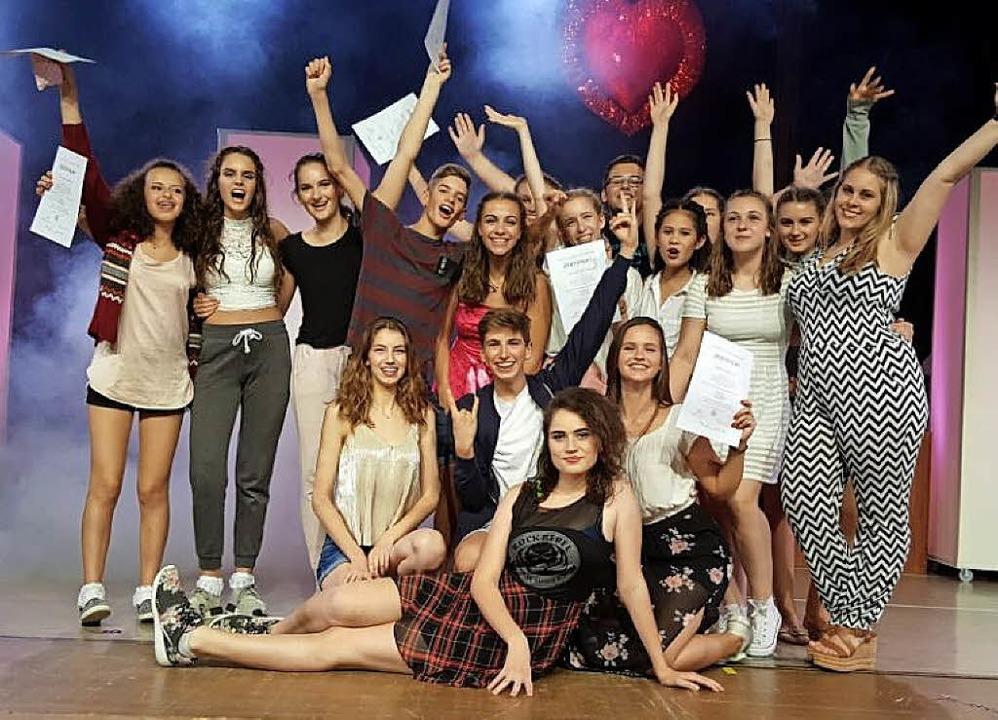 Die Schüler zeigen ihre Freude über den Erfolg.   | Foto: LMG