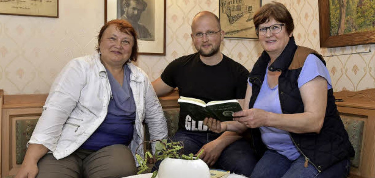 In der guten Stube: Inese Avena, Indulis Berzins und Beatrix Männer  | Foto: Thomas Kunz