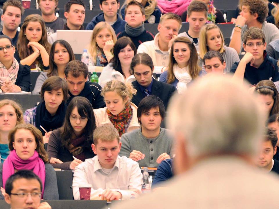 Studierende in einem Hörsaal der Uni Freiburg (Symbolbild)  | Foto: dpa