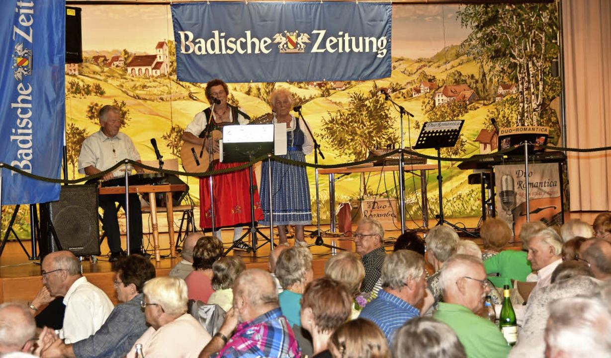 Gerhard Strub aus Heimbach, Rosi Haas ...in des BZ-Volksliedersingens geworden.  | Foto: Dieter Erggelet