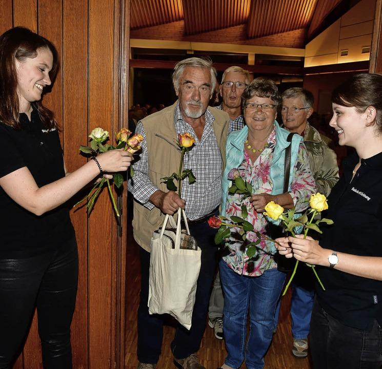 Eine Rose zum Abschied erhielten die Gäste von BZ-Mitarbeiterinnen.  | Foto: Dieter Erggelet