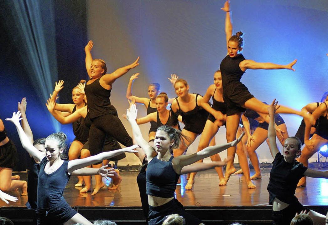 40 Tänzerinnen sind im großen Finale auf und vor der Bühne.   | Foto: Bruhier