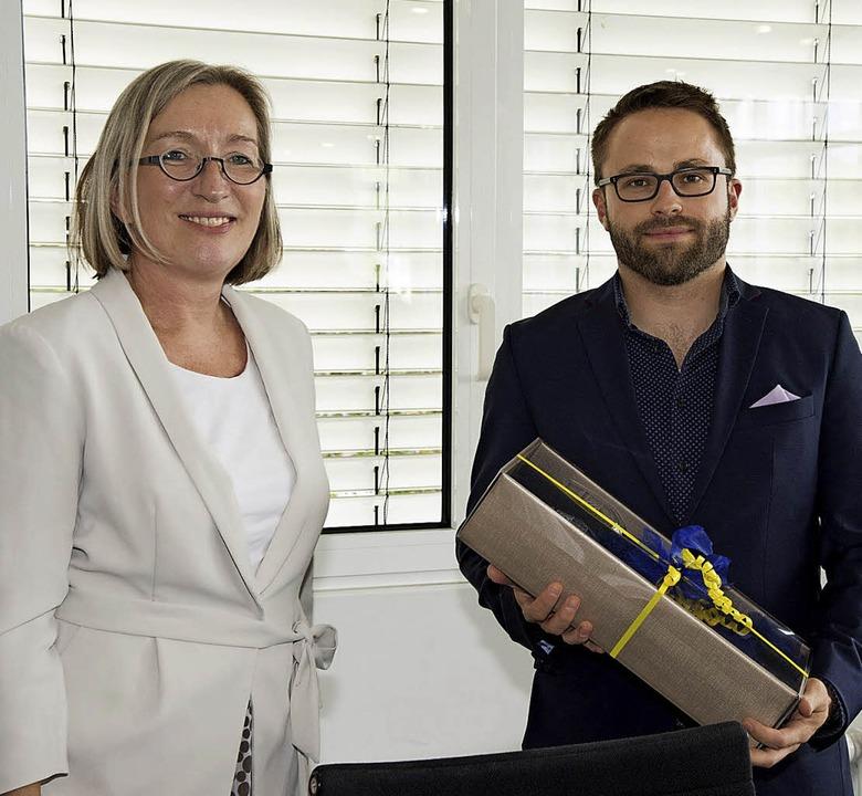 Bürgermeisterin Astrid Siemes-Knoblich verabschiedete Philipp Lang.  | Foto: Volker Münch