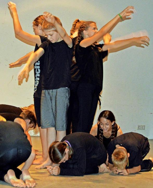 Tänzerisch bewegten sich die jungen Sc...ssell durch die Giersberg-Geschichte.   | Foto: Gerhard Lück
