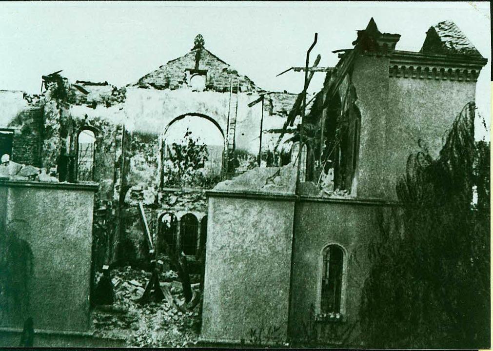 Ein Bild der Zerstörung: Die Reste der...r Synagoge, aufgenommen  im Jahr 1938.  | Foto: Stadtarchiv