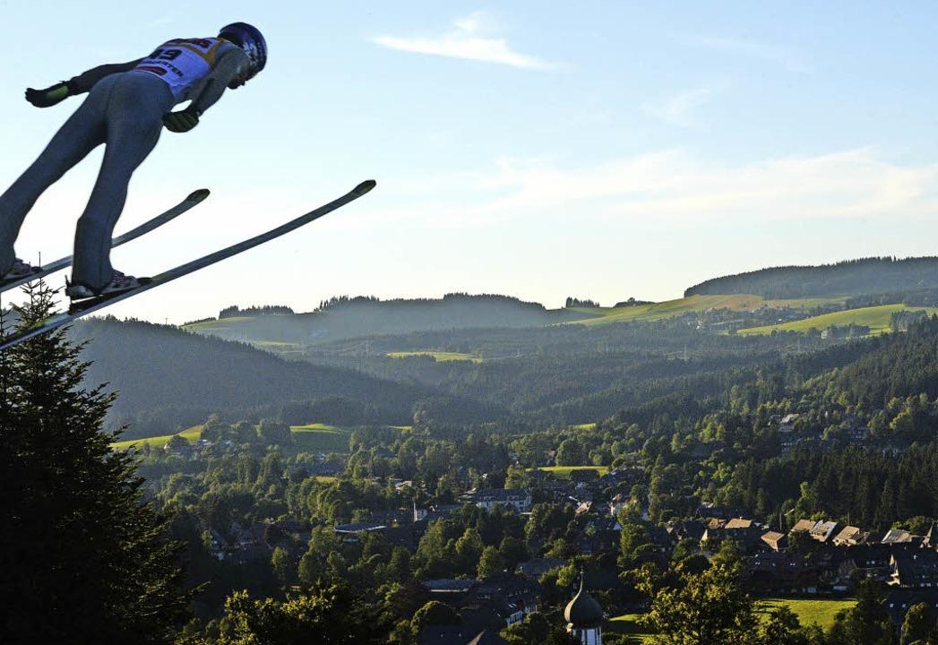 Sprung in die Dämmerung: Hinterzarten hat einen spektakulären Flugplatz.  | Foto: Patrick Seeger