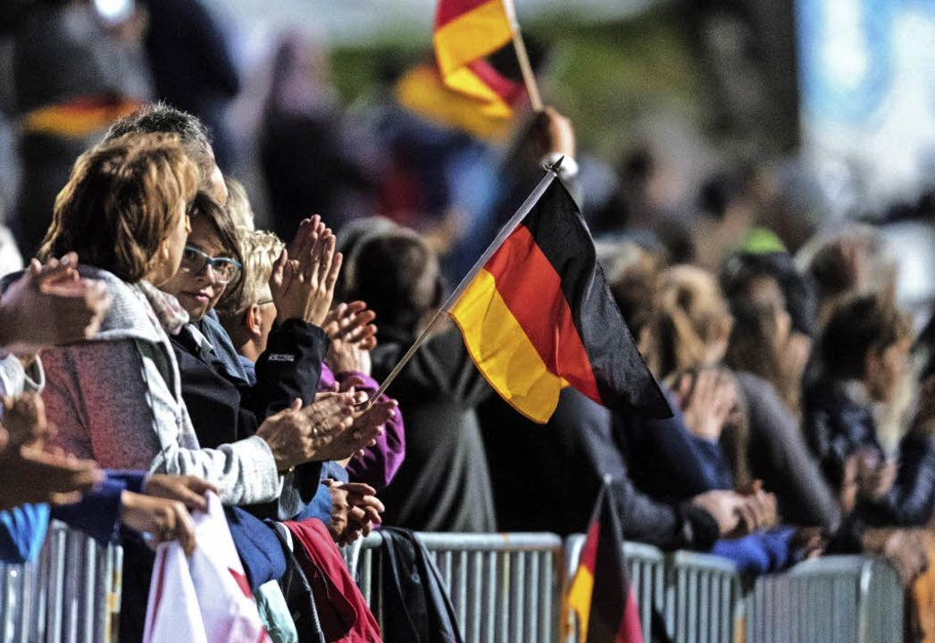 Jede Menge Freude: 5000 Fans feierten ein Skisprungfest.  | Foto: Patrick Seeger