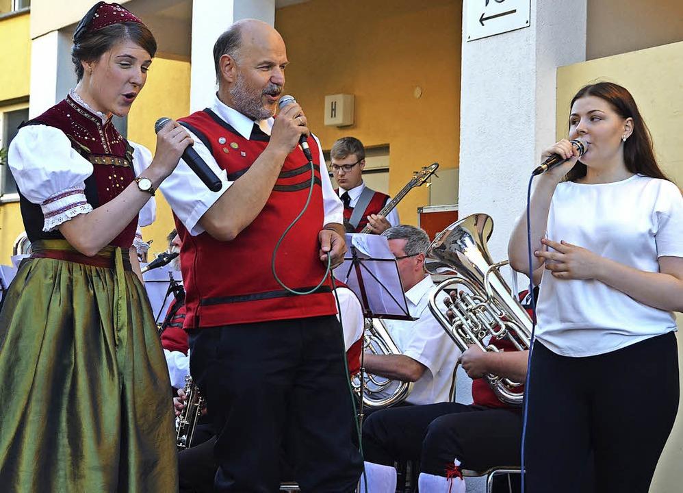 Tabea Käser, Armin Bühler und Verena W...links) begeisterten mit ihrem Gesang.   | Foto: Christiane Sahli