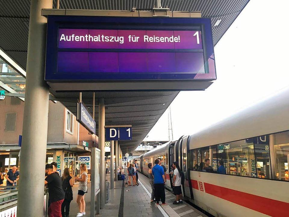 Weil die Rheintalstrecke unterbrochen ...ren Aufenthalt im Hotelzug einstellen.    Foto: Simone Lutz