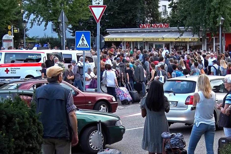 Hunderte saßen nach einem Oberleitungsschaden in Offenburg am Bahnhof fest. (Foto: kamera24.tv)