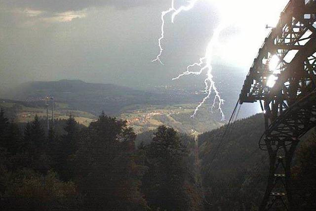 Webcam der Schauinslandbahn zeigt, wie ein Blitz einschlägt