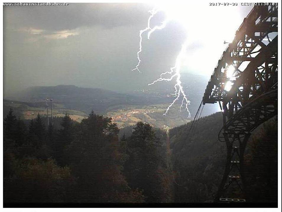 Die Webcam der Schauinslandbahn hat einen Blitz fotografiert  | Foto: Webcam Schauinslandbahn