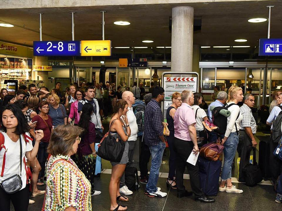 Gestrandet in Freiburg: Viele Reisende...die Nacht. Oder ein Taxi. Oder beides.  | Foto: Rita Eggstein