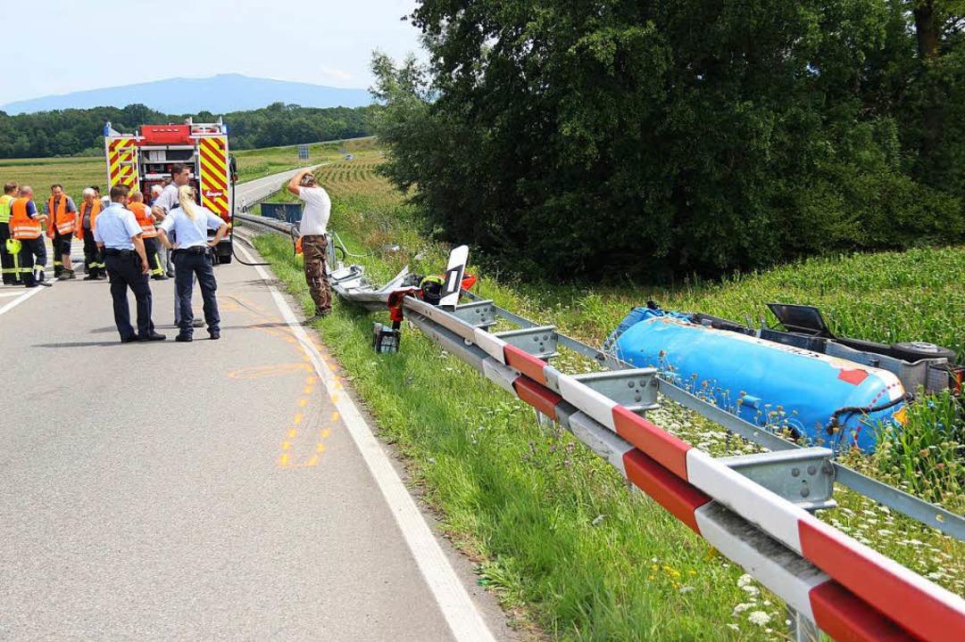 Der Lastzug war in der Linksabbiegung ... seitlich die Böschung hinunterkippte.  | Foto: Horst David