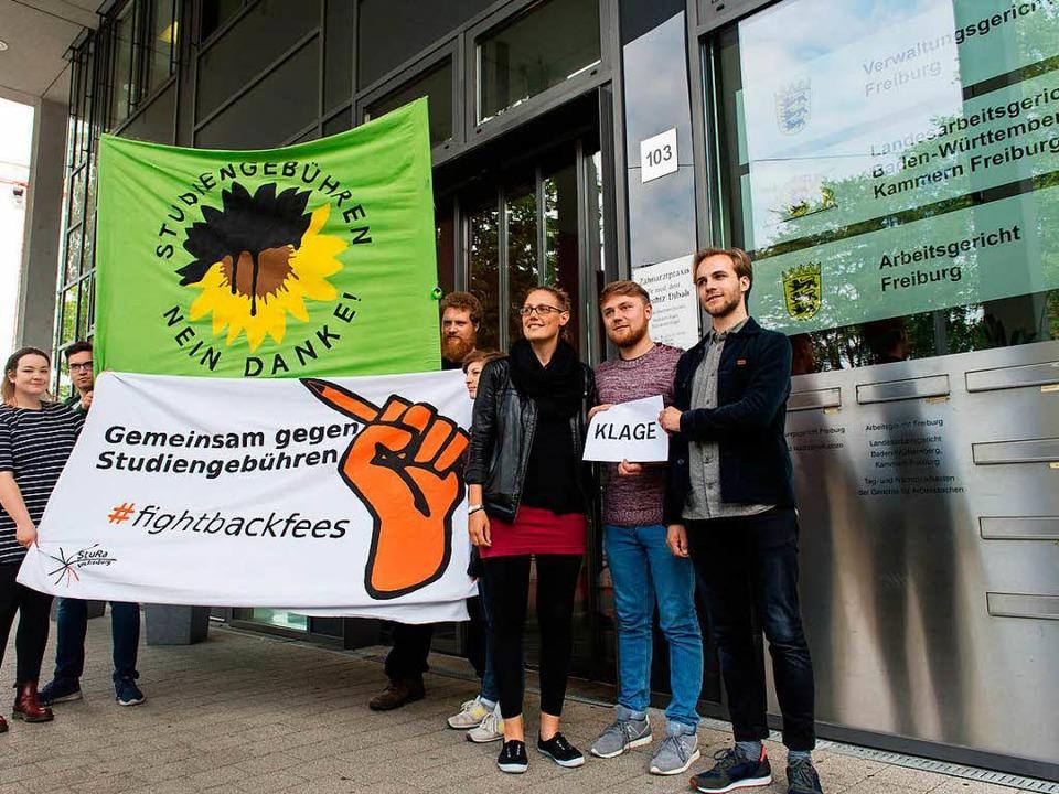 Philipp Stöcks (rechts) mit Mitglieder...vor dem Verwaltungsgericht in Freiburg  | Foto: dpa