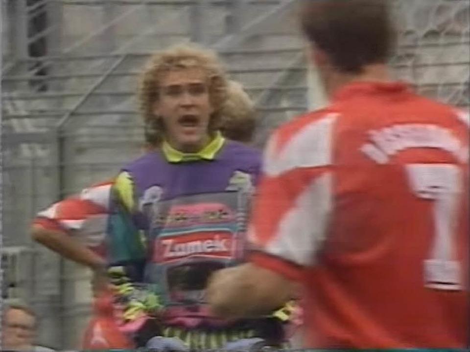 Ein Screenshot aus einem Youtube-Video...igt Jörg Schmadtke im schrägen Trikot.  | Foto: Screenshot: Youtube/WDR-Sendung
