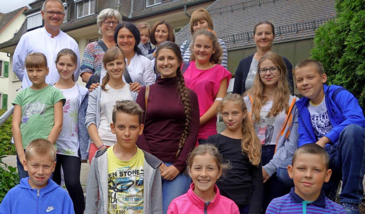 Die weißrussischen Gastkinder mit Betr...ngspause vor dem Klinikum Stühlingen.   | Foto: Andreas Mahler