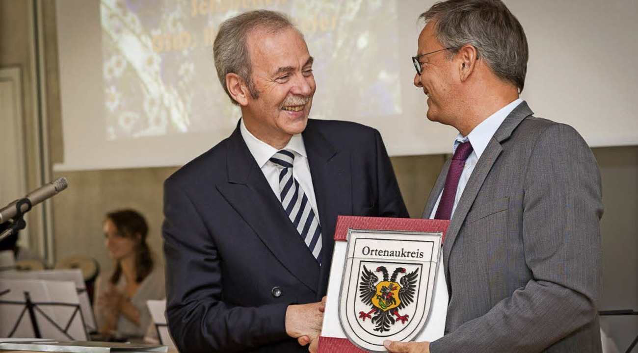 Auch Landrat Frank Scherer (rechts) li...men, Heinrich Kiefer adieu zu sagen.    | Foto: HLS
