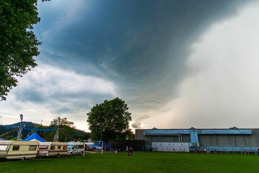 Eine dunkle Wolke kündigt das heftige Gewitter an.    Foto: Olaf Michel
