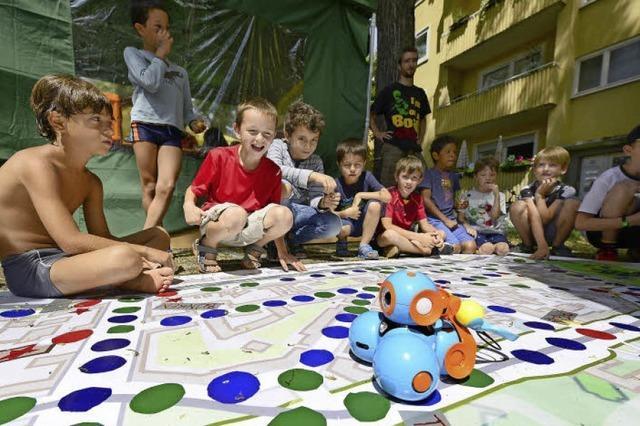 Am Tennenbacher Platz bereiten Kinder die Zeitreise einer Maus vor