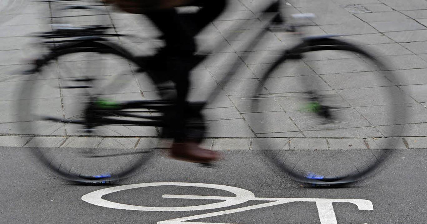 Mehr Sicherheit für Radfahrer soll der Schutzstreifen bringen.   | Foto: DPA
