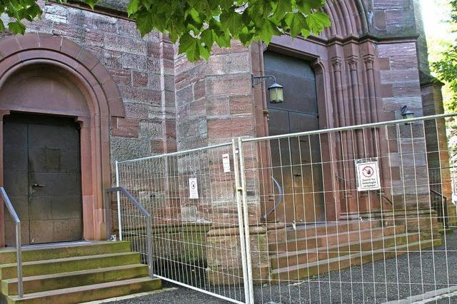 Katholische Kirche in Schopfheim: Teile der Fassade bröckeln ab