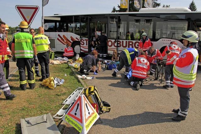 Ein schwerer Busunfall im Dorf – Rettungsdienste proben Ernstfall