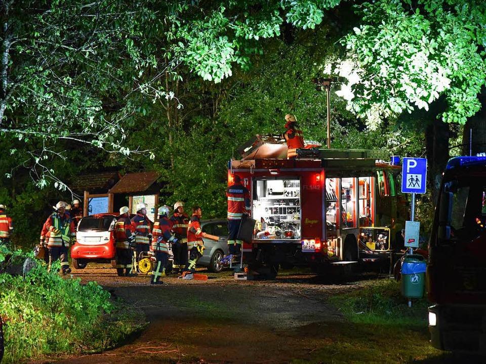 Die Feuerwehr hatte Probleme bei der A...ren von umgestürzten Bäumen blockiert.    Foto: Martin Eckert