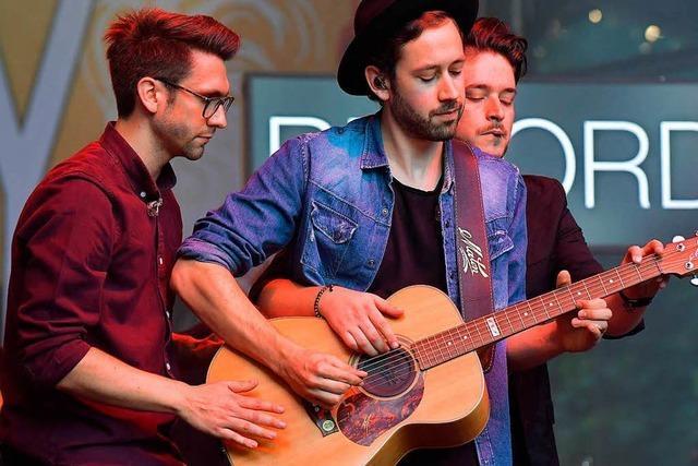 Sameday Records: Drei Männer an einer Gitarre